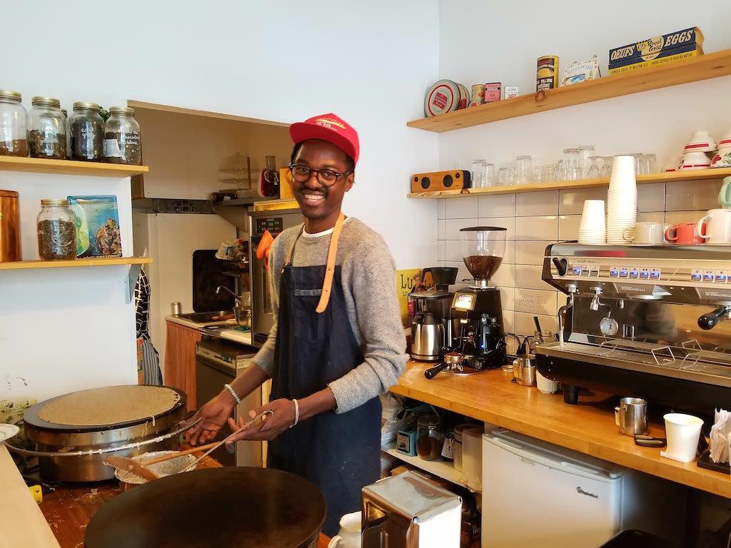 Cédric Nkueno-Mouaza prépare des galettes-saucisses à Montréal© Daisy Le Corre