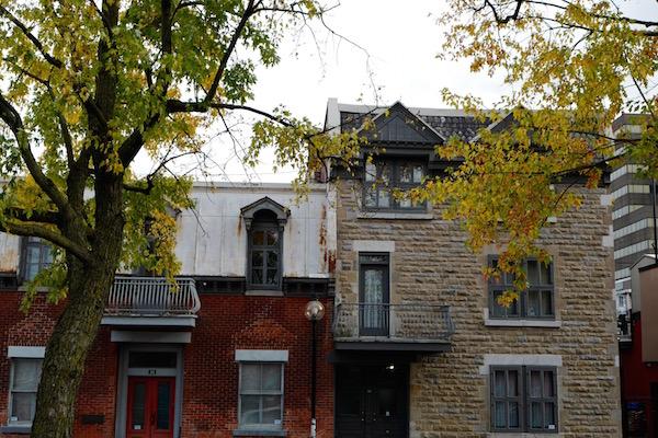 A droite, la maison du 28 rue Vallières