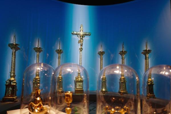 Accessoires d'autel et de service de messe. Crédit: Isabelle Delorme