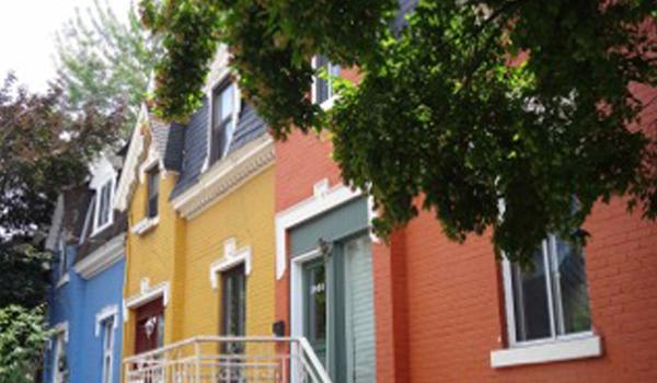 Maisons colorées de la rue Drolet entre Duluth et Roy
